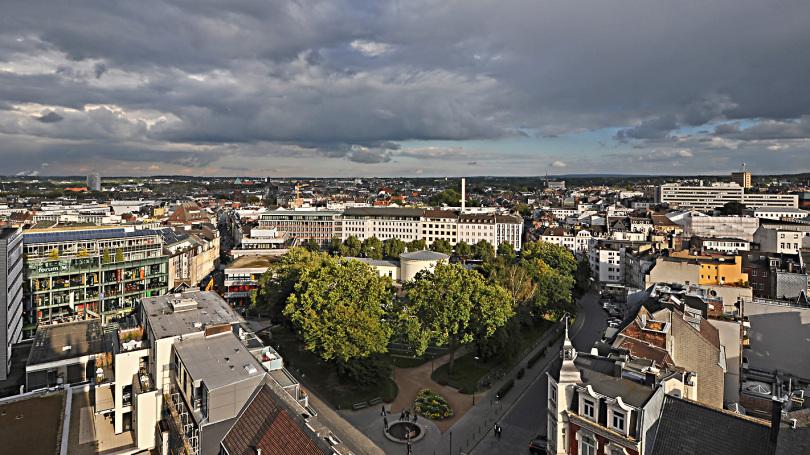 Blick von der Chorhalle des Aachener Doms auf den Elisengarten / Foto: JosWaS