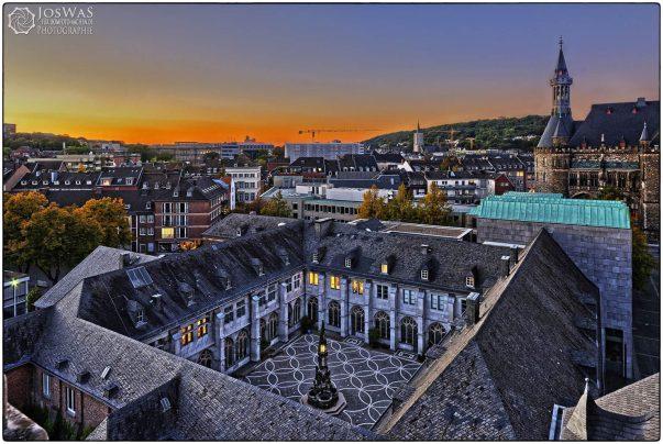 Kreuzgang mit Quadrum und Paradiesbrunnen  Blick vom Turm des Aachener Doms im herbstlichen Sonnenuntergang | Foto: JosWaS, Domkapitel Aachen | Dom